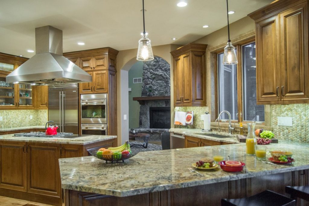 overview-custom-alder-kitchen-with-breakfast-bar-peninsula